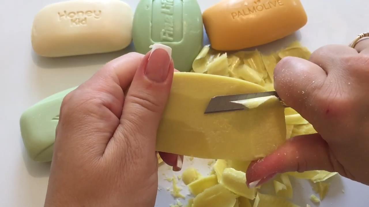 把五块香皂一下下刮碎,然后使劲揉捏,感觉真带劲!