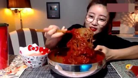 韩国大胃王,萌妹子吃粉条,放了那么多辣椒,胃受得了吗?