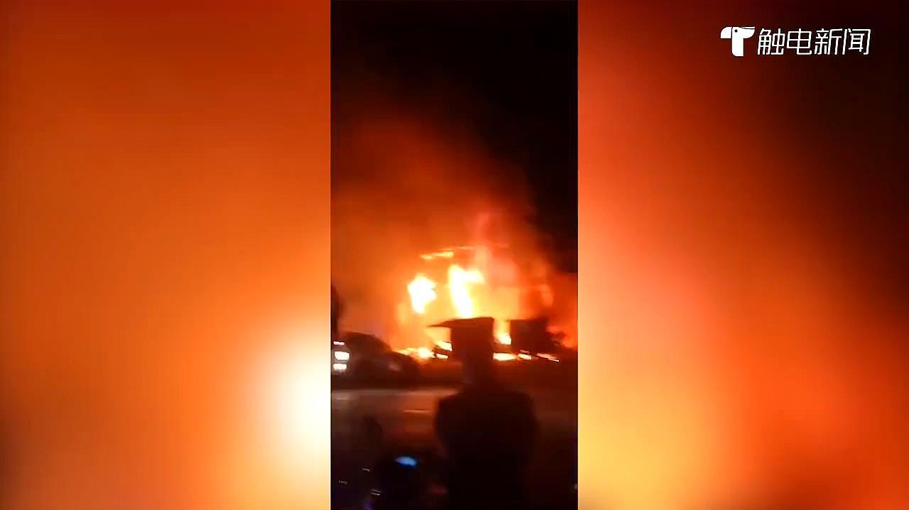无锡一店铺发生火灾,现场浓烟弥漫火光四起,55名消防员出动救援