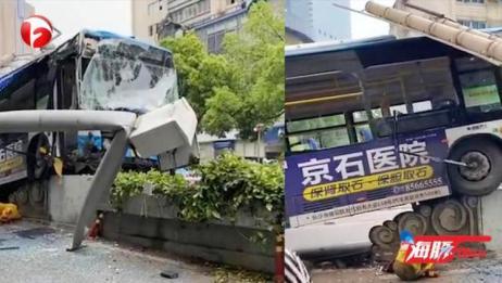 突发!长沙一公交车失控撞上隔离带,现场5人受伤