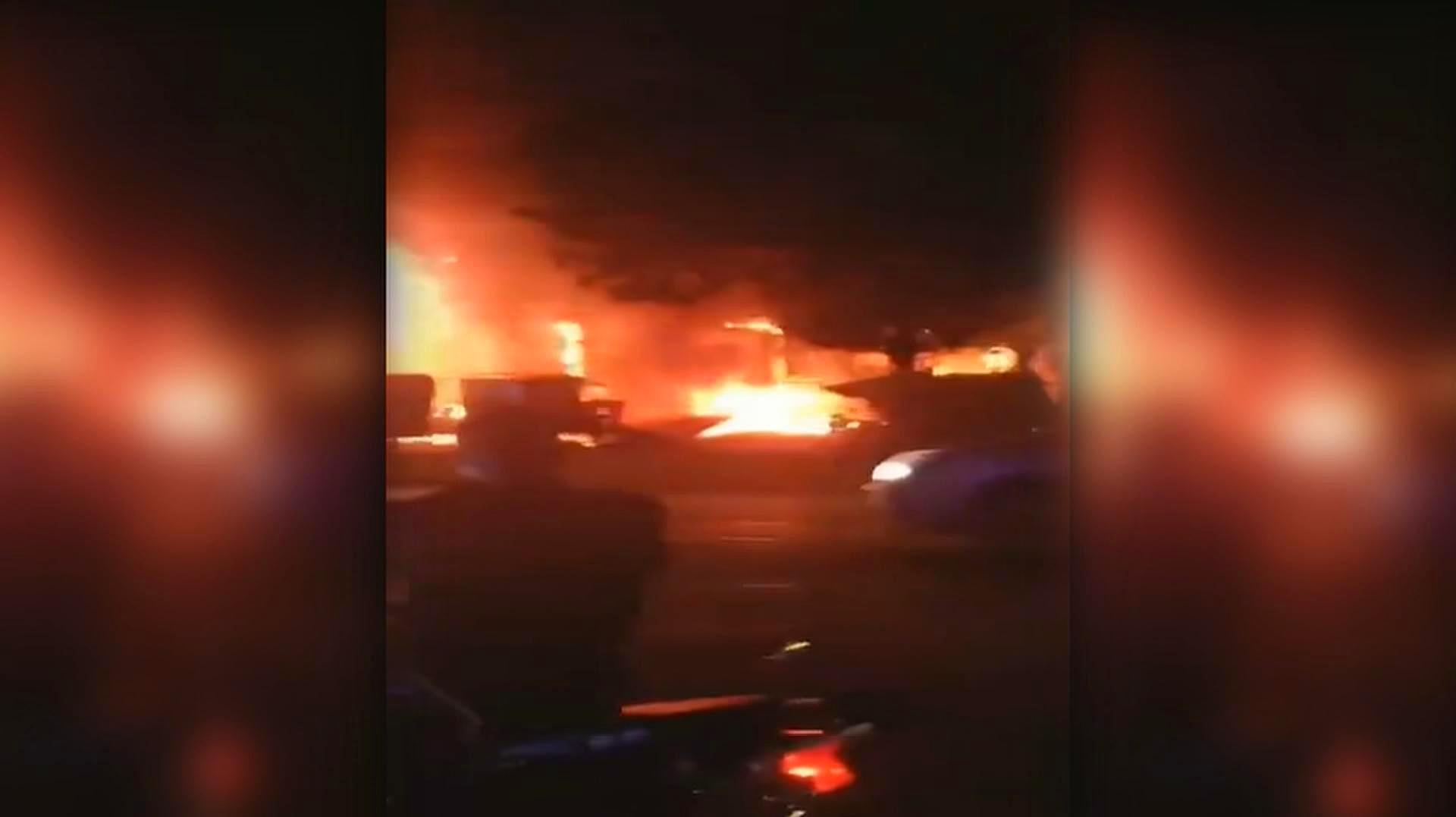 实拍:无锡一店铺发生火灾 火势凶猛 火苗高过二楼屋顶