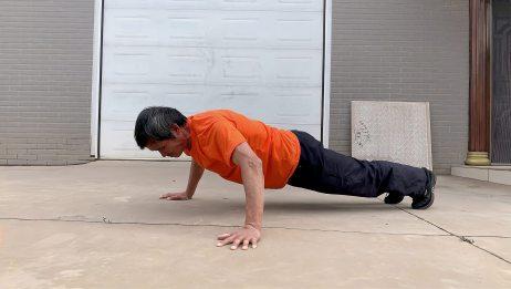 66岁晴空在训练宽距俯卧撑,练胸肌、手臂的力量