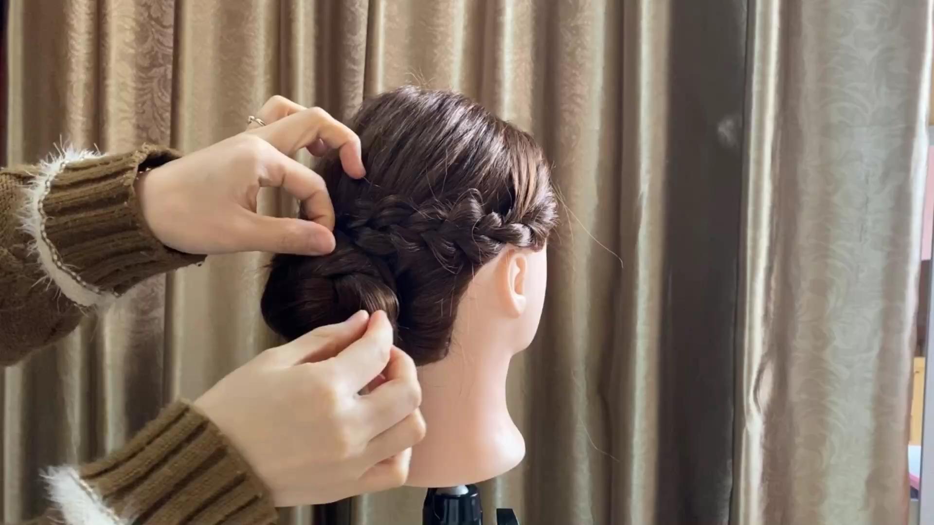 别再扎烂大街的丸子头了,这样扎发型特别精致又显气质