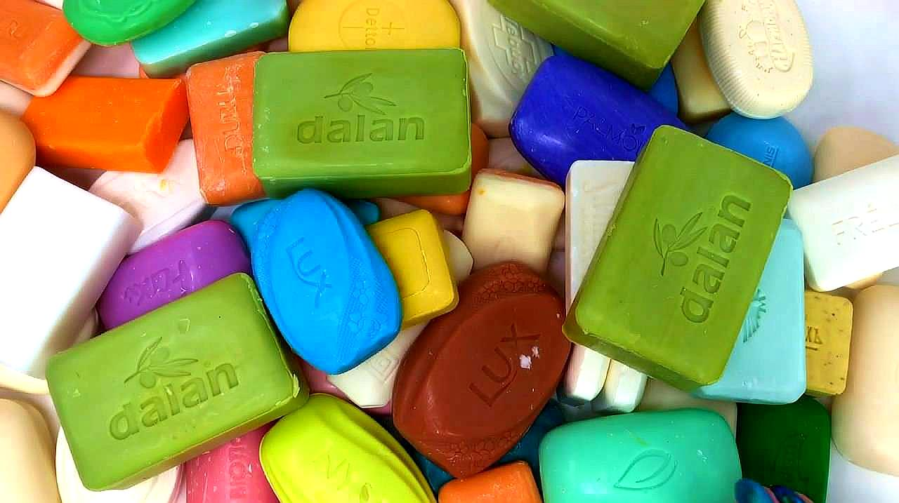 小姐姐买了一堆香皂回家拆包装,听声音感觉治愈又助眠
