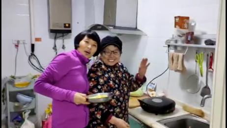 远嫁台湾的老菅回河南老家见到爸爸妈妈了,特别开心。