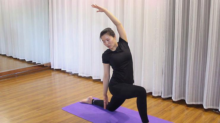 """每日瑜伽技巧:做好优雅的""""新月式"""",这个细节要知道!图片"""
