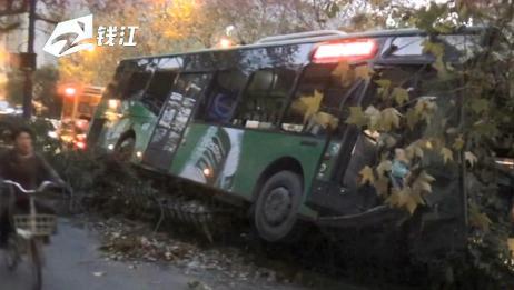 杭州92路公交车撞上绿化带护栏 司机受伤送医