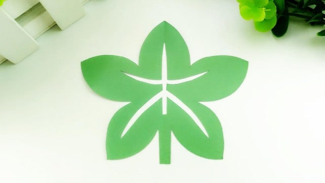 4绿色的树叶剪纸教程  03:02  来源:腾讯视频-儿童剪纸,教你做手工