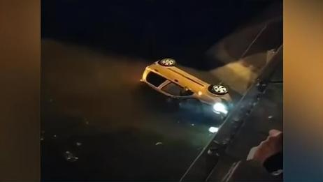 呼和浩特一轿车冲进河道2人身亡,坠河前路口停留一分钟