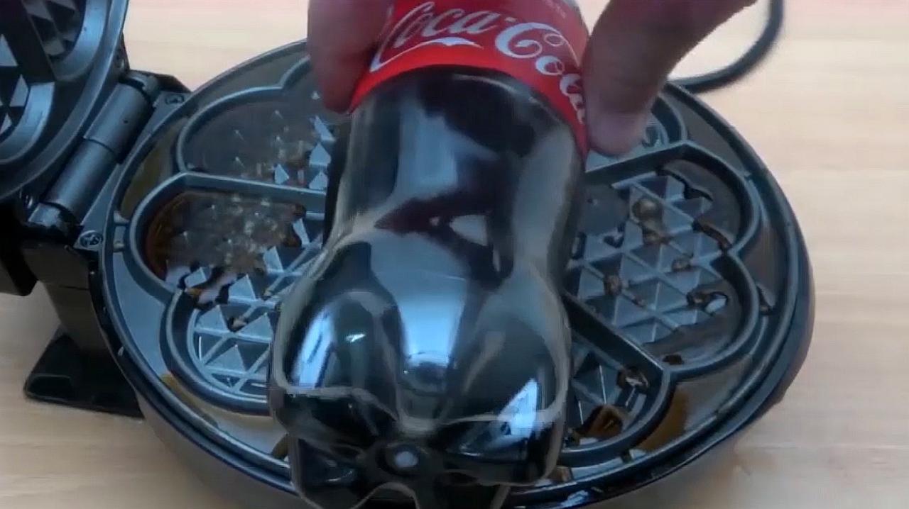 把一瓶可乐放到电饼铛里,你猜可乐会变成什么样?一起来见识下!