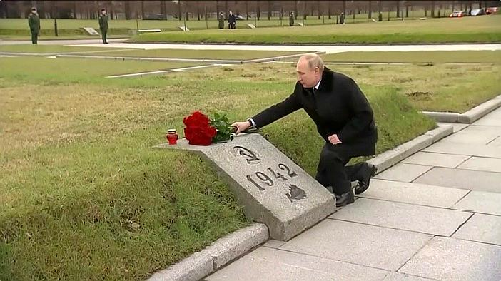 普京现身公墓悼念烈士 单膝跪地向兄长墓碑深情献花