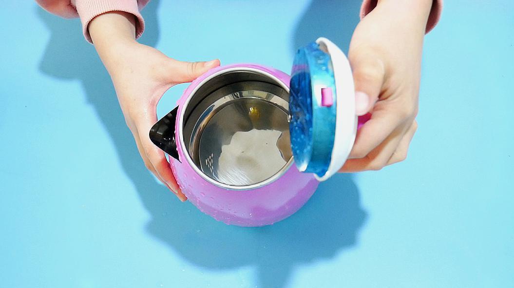 热水壶里水垢洗不干净?只要撒一把不值钱的东西,水垢哗哗往下掉