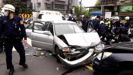 台湾市区惊传枪响,拒警拦查还开车撞人,警员连开12枪将其制服