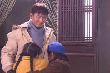 二叔:穷人家过不起年在哭,二叔带着年货回来了,好了