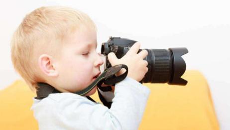 现在宝妈们总喜欢给宝宝照相,殊不知闪光灯会伤害到宝宝的眼睛!