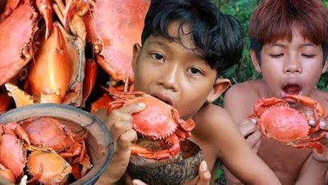 荒野美食:祖传瓦罐炖螃蟹,啃的那叫一个嘎嘣脆!