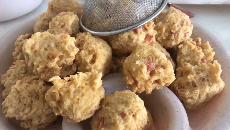 用方便面加香肠做成丸子,炸的外焦里嫩嘎嘣脆,制作简单还好吃