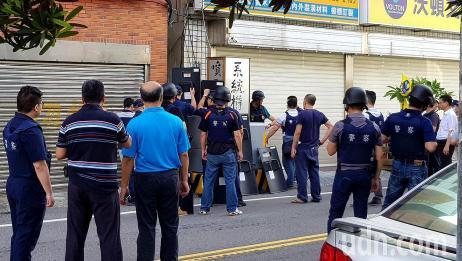 台湾街头传出三声枪响,大批警察荷枪实弹出动,与枪手对峙数小时