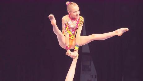 这样的一字马太美了!2位美女现场表演体操杂技,太惊艳了