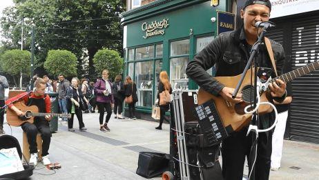 都柏林街头的《Bad Guy》翻唱,用两把吉他演绎同样带感