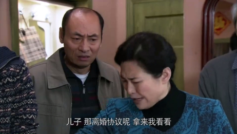 大妈和亲家母吵架,让儿子和儿媳离婚,儿子硬气将离婚协议书撕了