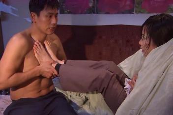 晓薇冻得发抖,二叔竟然脱下衣服,光着身子给晓薇取暖!