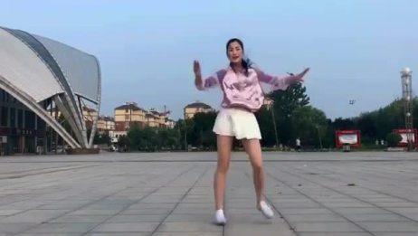 最近这个美女跳舞的视频火了,真有活力啊,偷偷看了15遍!