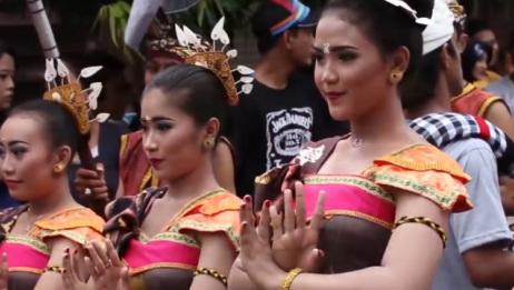 """巴厘岛的奇葩""""接吻节"""",男生可以随便亲吻心仪女生,美女被吻到想哭"""
