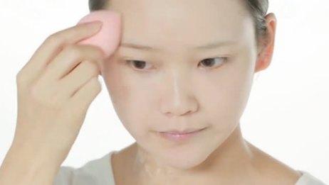 巧用工具拒绝厚重感 正确方法让妆容更自然