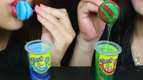 母女俩也太能吃甜了,普通的棒棒糖吃起来不过瘾,要蘸上糖浆