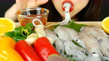 ASMR韩国美女生吞鱿鱼,蘸香辣酱,又香又辣入口鲜甜
