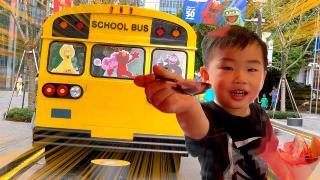 枫枫玩具:坐芝麻街主题校车,吃草莓味冰淇淋