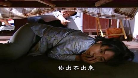 不孝子把疯妈妈扔到乡下,母亲遭农民毒打藏到床底下,太可怜了!