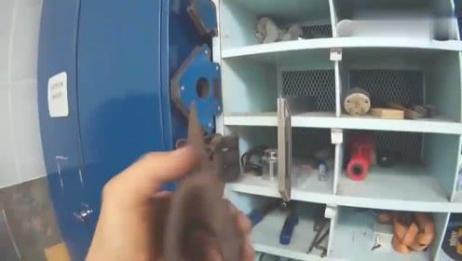"""外国大叔脑洞大开,用两把废弃的斧头制造出了一把""""双头斧"""""""