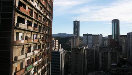 """一栋45层的""""烂尾楼"""",没有电梯,如今成世界上最高的贫民窟"""