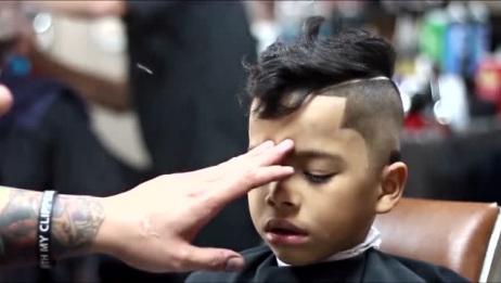 男孩将两边头发剃光,抹上发胶后,看着成熟又帅气