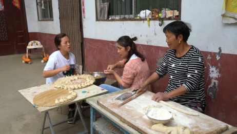 婆婆手工擀皮,包香菇韭菜饺子