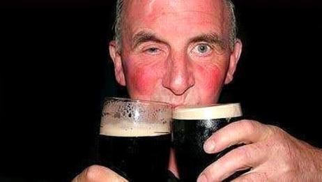 为什么有的人喝酒脸红有人脸白,哪种危害最大?