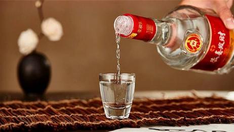 鉴别白酒真假其实很简单,教你一招,只需一滴食用油就行!