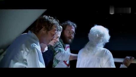 《泰坦尼克号》竟然还有另一个结局!在导演卡梅隆为影片拍摄的另一个结局中,Rose