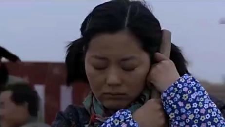 小麦进城:小麦干活太困,竟然抱着铁锹睡着了,还打呼噜!