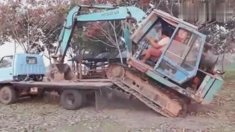 小型挖掘机上拖车,这技术真烂