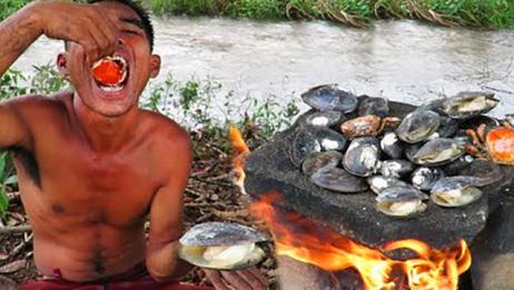 农村大叔肚子饿了,跑到河边摸河蚌,一口一个直吞太过瘾了