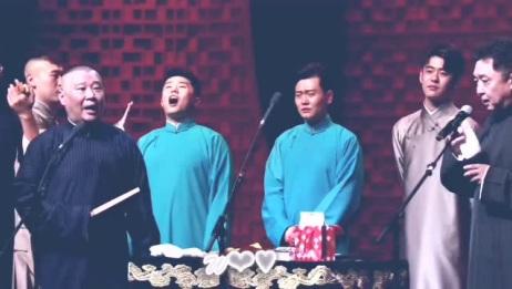 郭德纲在台上表演,后面的徒弟们怎么打起来了?