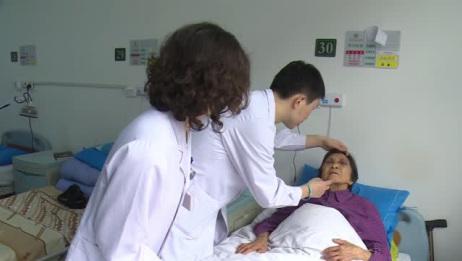 9旬老人去医院做整形提眉,即使如此高龄,也要变得美丽一点