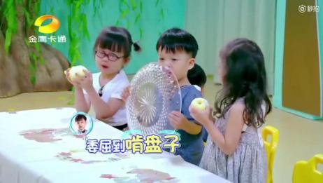 #双胞胎花式吃梨# 《爱上幼儿园》里的这对双胞胎兄弟真的太可爱了,三个梨四个人分