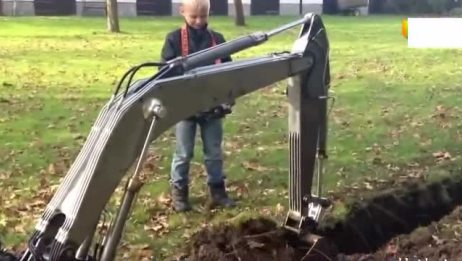 国外农村小朋友的玩具真是高级 遥控挖掘机第一次见
