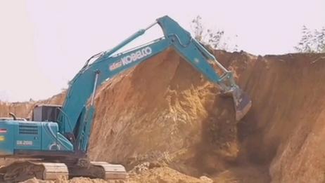 开神钢挖掘机,一个月8000的工资,没活干闹心啊,墙都扒没了