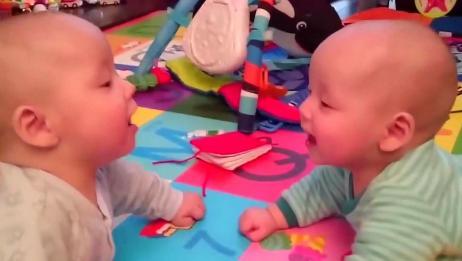 相亲相爱的双胞胎宝宝,在一起开心玩耍,真是少见的不打架时间啊