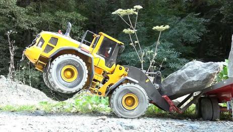 RC遥控车:装载机搬运大石头,这马力无敌了